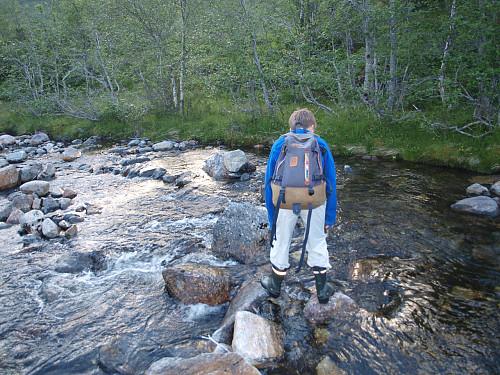 Chris navigerar stødig over elva.