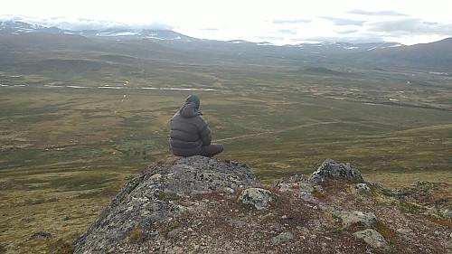 Viewpoint Snøhetta. Andreas tenker på fjellet, og ser på fjellet.