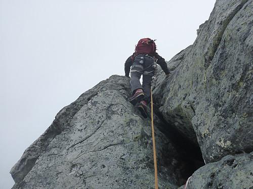 """Erlend på """"kaminen"""". Ein treng ikkje stappe skrotten sin inn her, det er lett å klatre utanpå."""