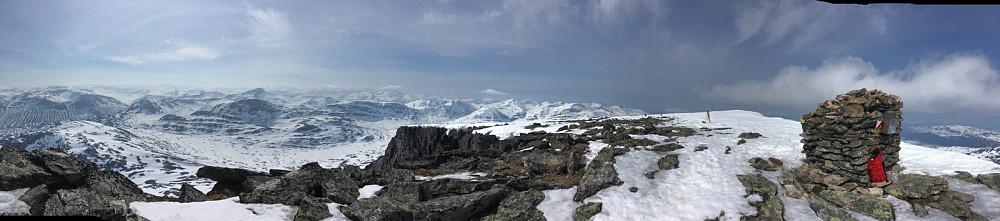 Toppanorama frå Geithøtta til Honnstadknyken. Her er mykje fint om ein er glad i å gå på fjellet. Fjelltur er kjekt - det kan eg heilhjarta anbefale mine lesarar!