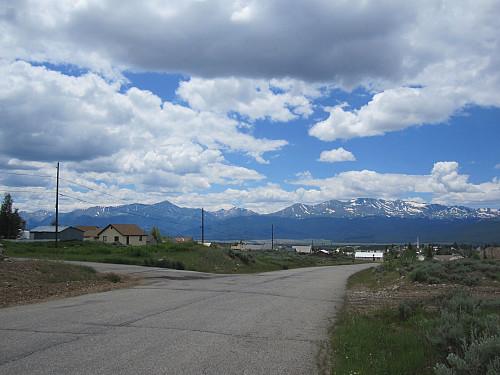 Dei fann både gull, sølv og bly her. Men valgte altså å kalle staden for Leadville. Massive peak til høgre og Mt. Elbert til venstre.