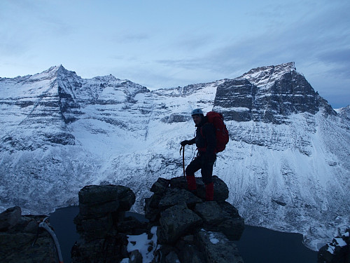 Morgenstund i Innerdalen. Trolla til venstre, Erlend i midten, Skarfjell til høgre