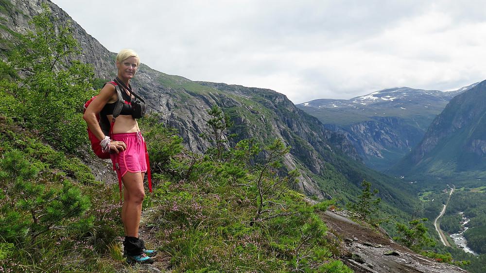 Bratt turmerka geitesti oppover mot Mongevatnet med ei fantastisk utsikt over Romsdalen og Rauma