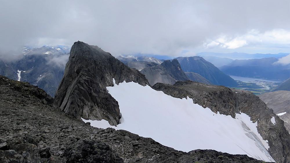Mot vestre Kalskråtind 1800 moh og Romsdalshorn