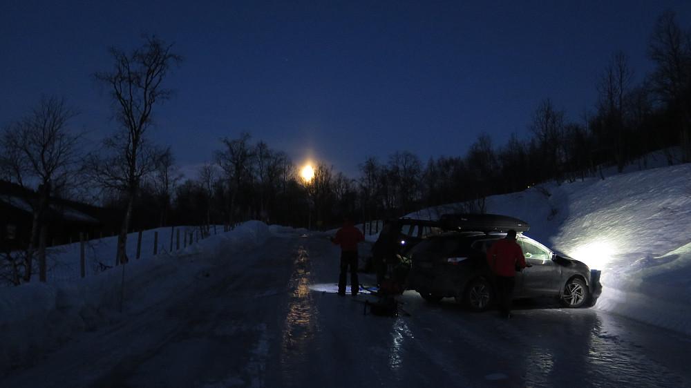 Start kl 07. ifrå Sjurgurdgarden vinter parkering. Nydelig fullmåne som morgonhelsing til den nye dagen!