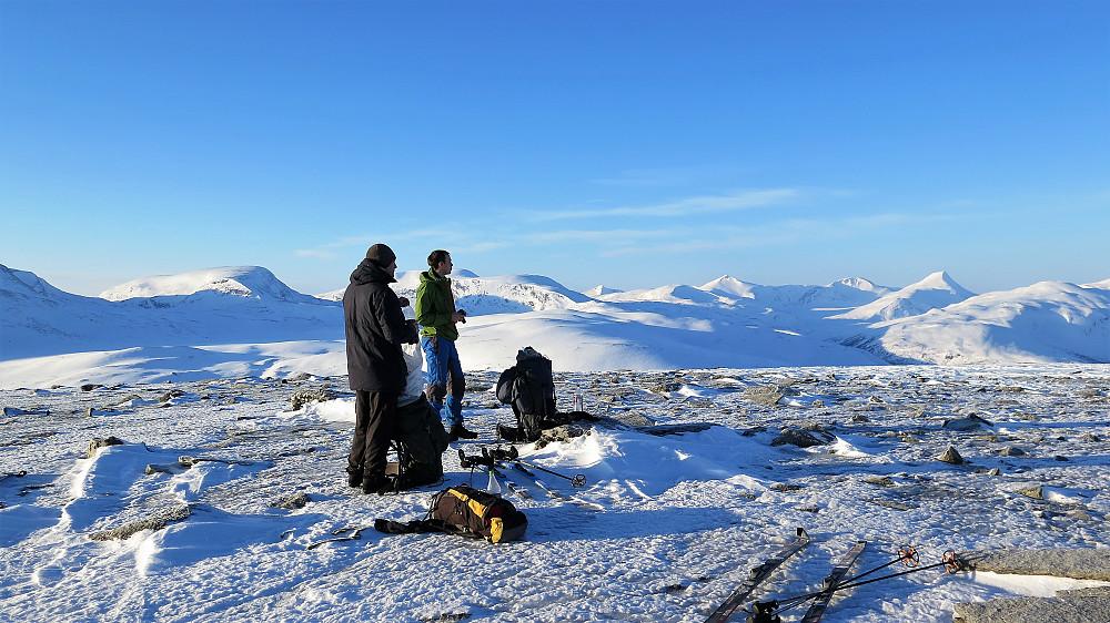 Jan Petter og Øyvind nyter stilla og fjellskuet ifrå dagens første topp! Midtre Grønhøa 1407 moh