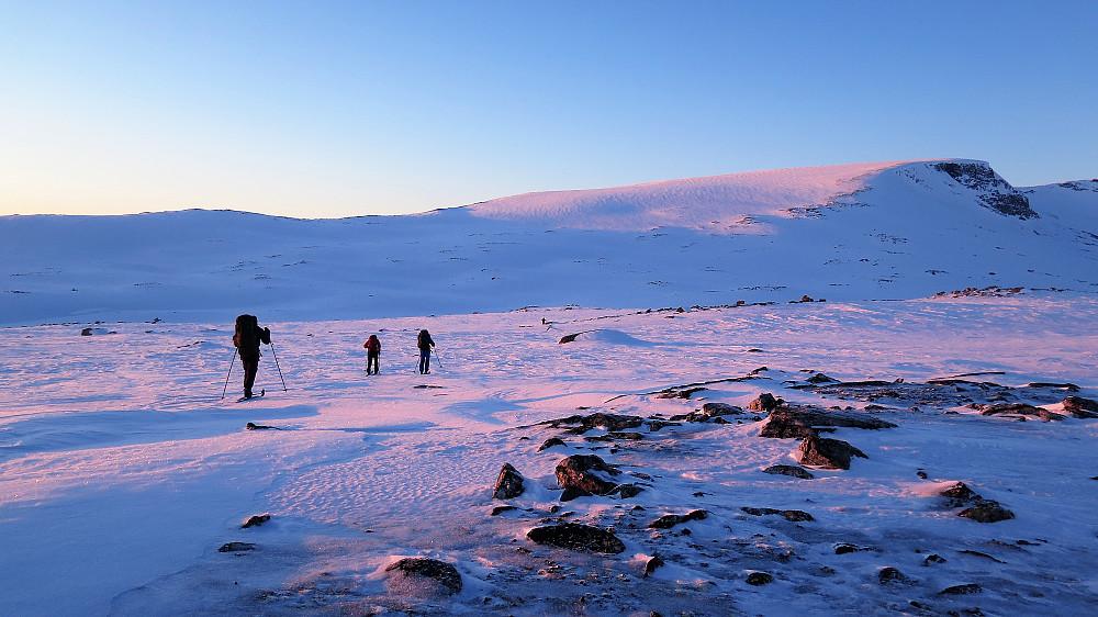 Mot siste topp Benkehøa ilag med solnedgangen