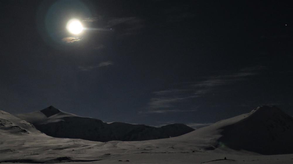 Fullmåne ved Pyttbua og Karitinden kl 03.00