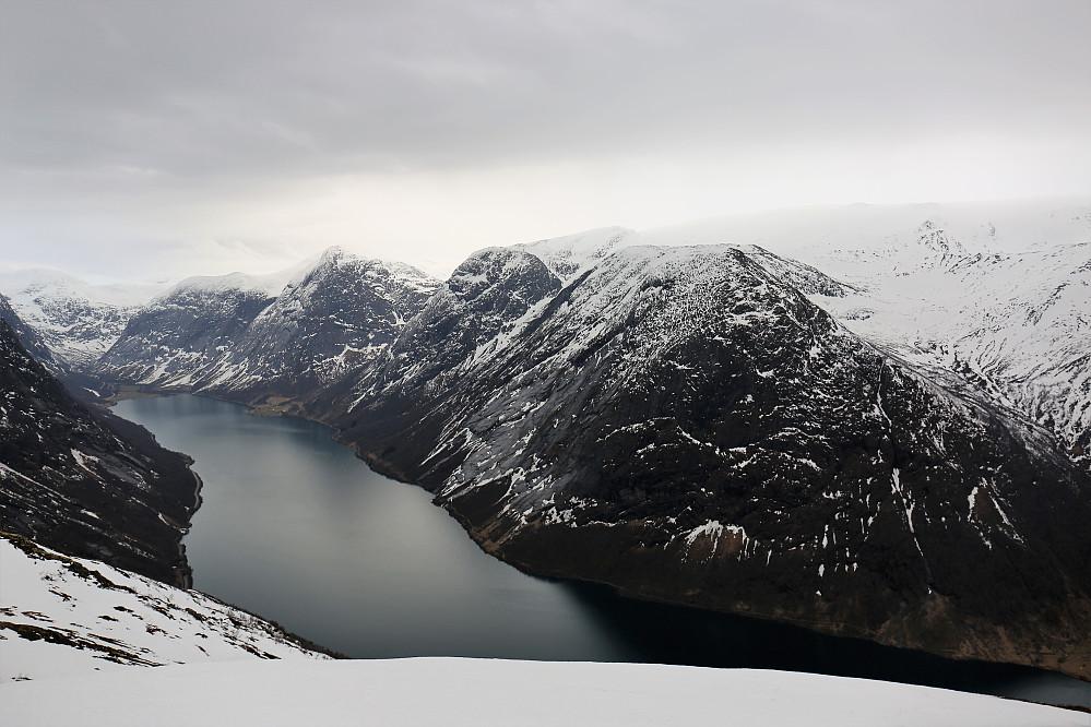 Ifrå Kleivafjellet 1057 med Kjøsnesfjorden, Grovanipa 1170 m.  Nonsnipa 1500 m. Sygnesandsnipa 1548 moh og ikkje minst med Grovabreen tett inntil.