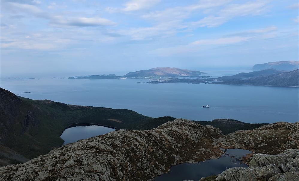 Ifrå Rognen 689 moh og ned mot Gulestønipa og Kalvåg