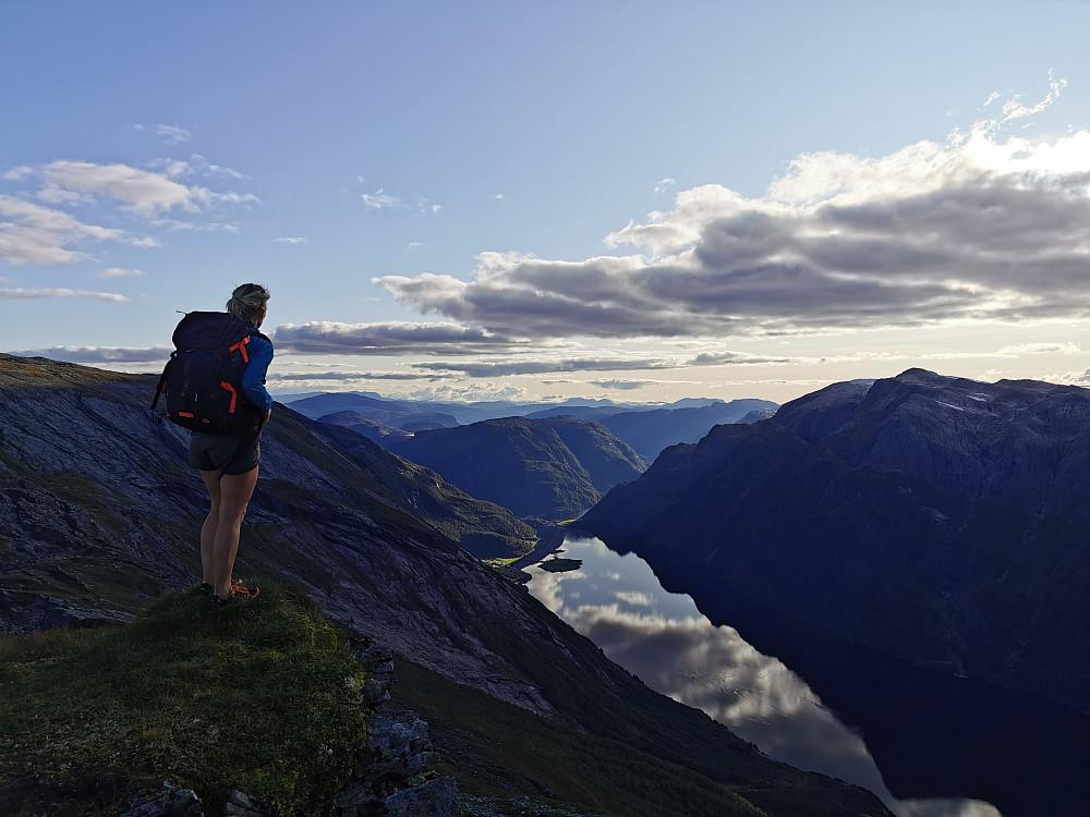 Ifrå Reinekallen 1255 moh ned mot Hyefjorden