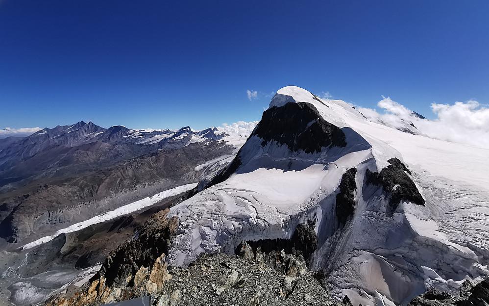 Ifrå Klein Matterhorn 3883 m mot dei to turer til Breithorn 4164 moh Noko som gjorde susen i høgdefølelsen :)