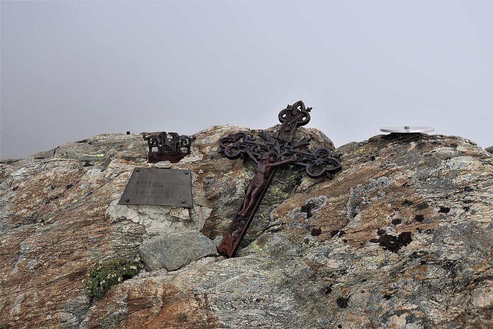 Ved Refuge De Tete Rousse 3167 moh finnast det mange minner til ettertanke! Det er mange som har hatt ein draum om å nå toppen!