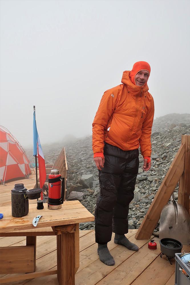 Kveldsmat og ro nokre timar før tidleg nattestart mot toppen av Mont Blanc. Audun koker vatn til neste økt!