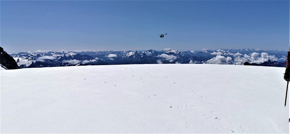 Toppen av Dome du Gauther 4304 m Det var mykje trafikk av politi/redningshelikopter som overvåka fjellområdet etter uværet