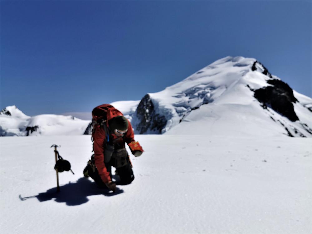Toppen av Dome du Gauther 4304 m med Mont Blanc i bakgrunn.