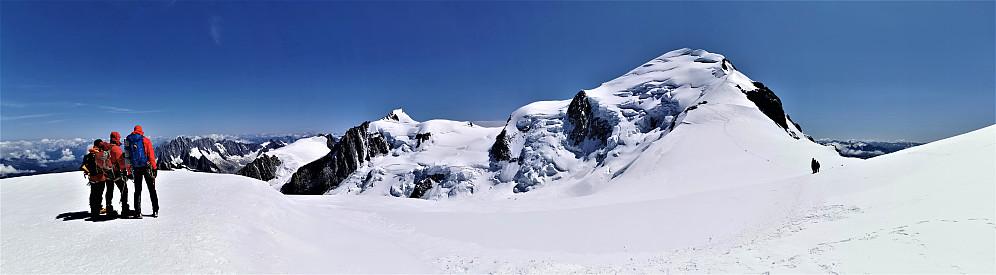 Ifrå Dome du Gauther 4304 m mot tilbakelagt fjellområde og toppen av Mont Blanc