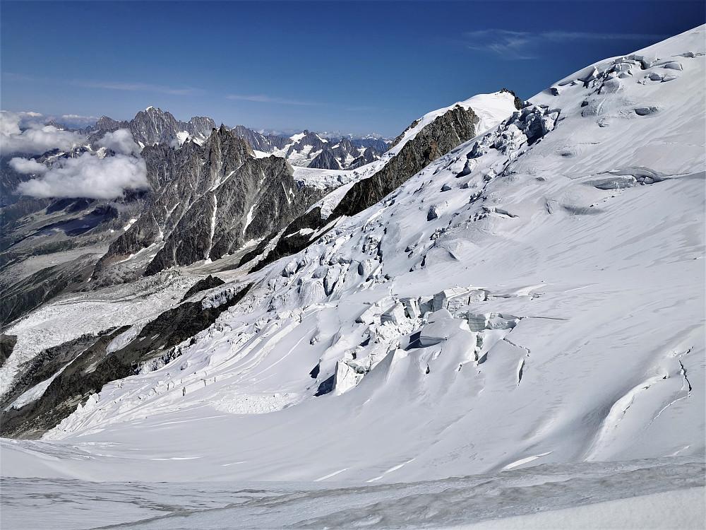 Ein kan ikkje late være å bli fascinert av dei vanvittig mektige sprekkane i breen og fjellområdet.