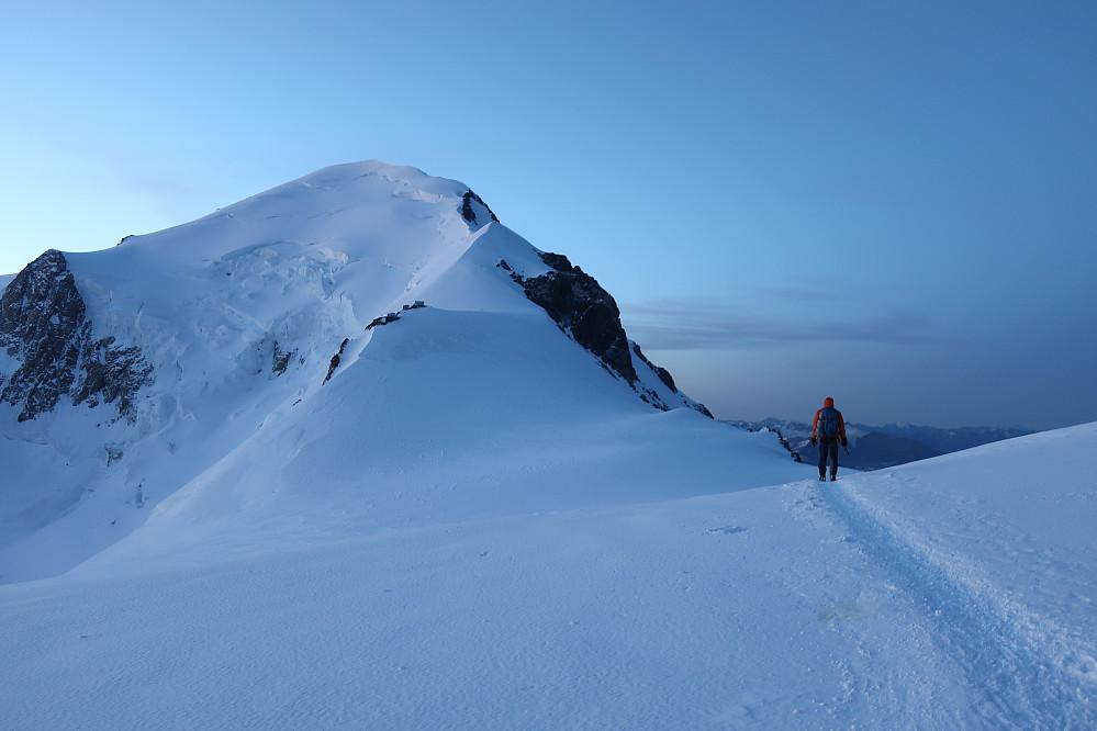 Morgenbilda og lystet mot eit mektig fjell Mont Blanc