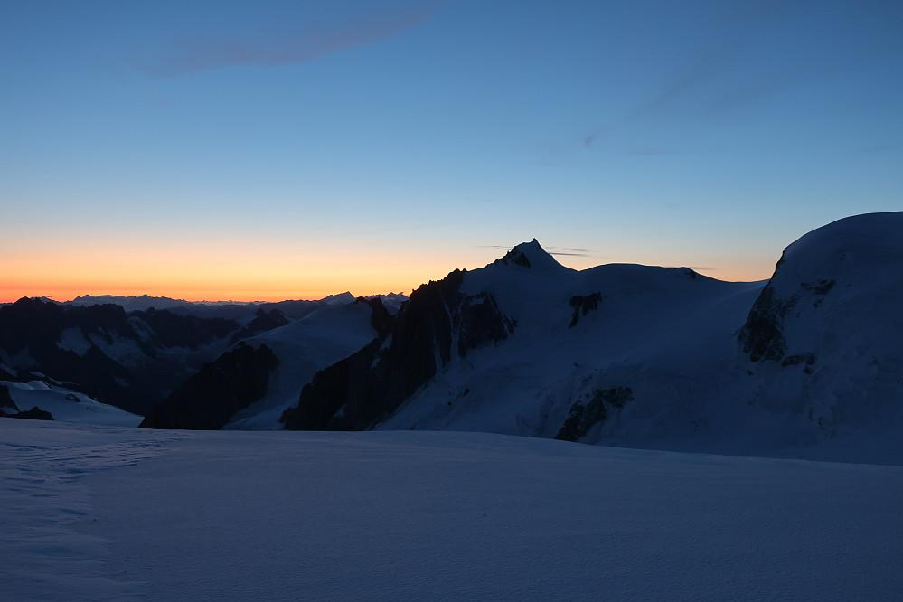 Morgenbilda og lystet ifrå/ved eit mektig fjell Mont Blanc mot Aiguille du Midi