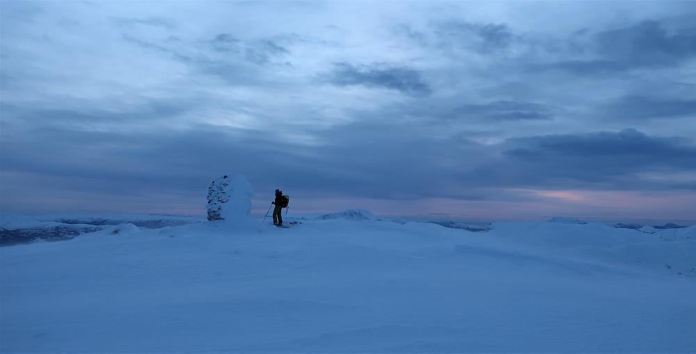 Litt solnedgang, men kraftig vindføyke på toppen av Tindefjellet imot den fine skumringstimen.