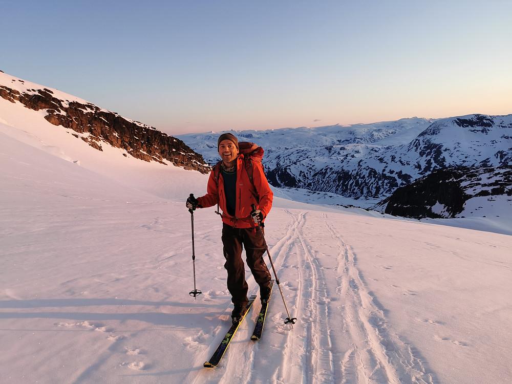 Geir Arne /Garm nyter dei første morgenstråler på Gjertvassbreen
