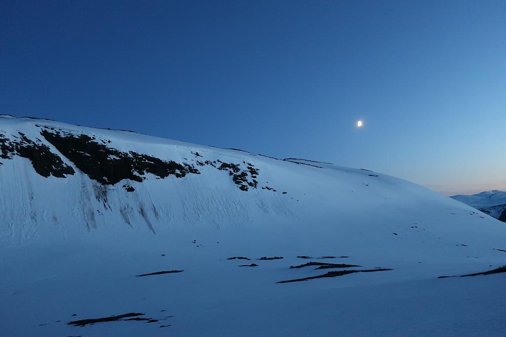 Vakkert månskin og ei stille over Dyrhaugsryggen