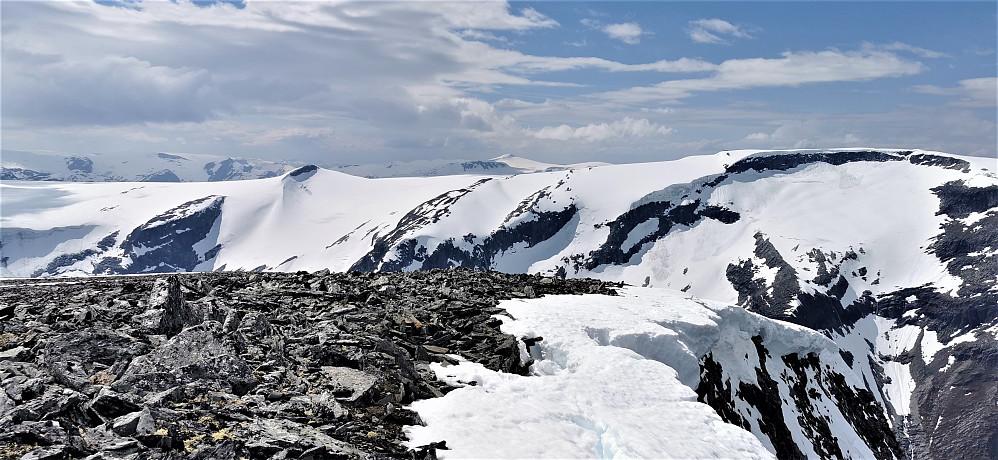 Ifrå Nonsnibba 1782 moh mot Kjelkevarden 1717 og Sørvest for Gjerdaaksla. Snønipa bakerst midt i bildet