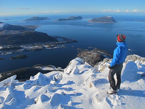 Frå Hellandshornet 882 moh mot Brattvåg og øyane Skuløya, Haramsøya og Lepsøya