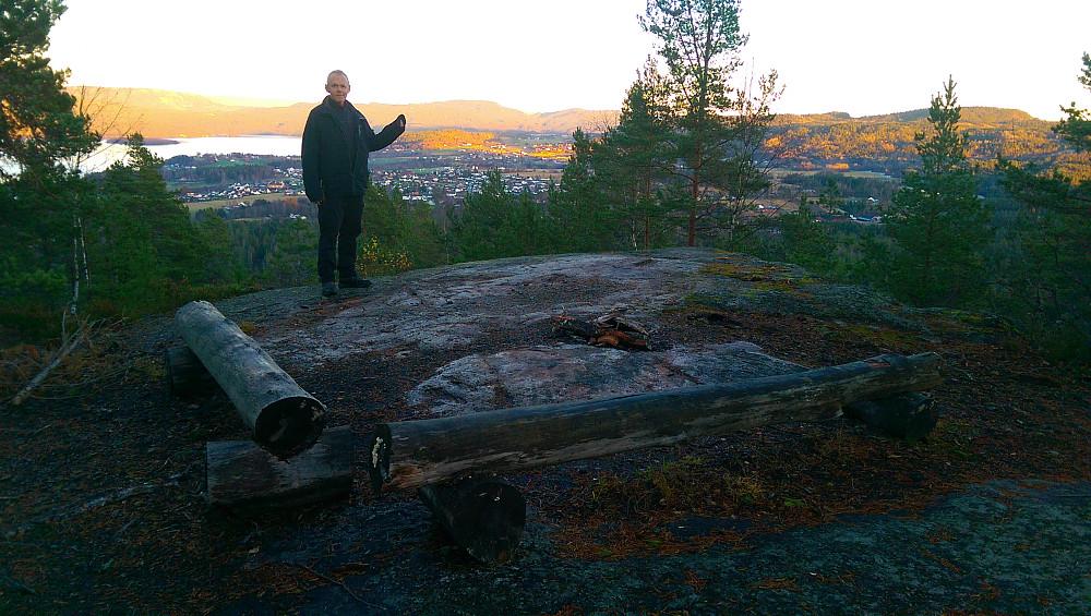 Ut på kanten er det bålplass og flott utsikt mot Ulefoss