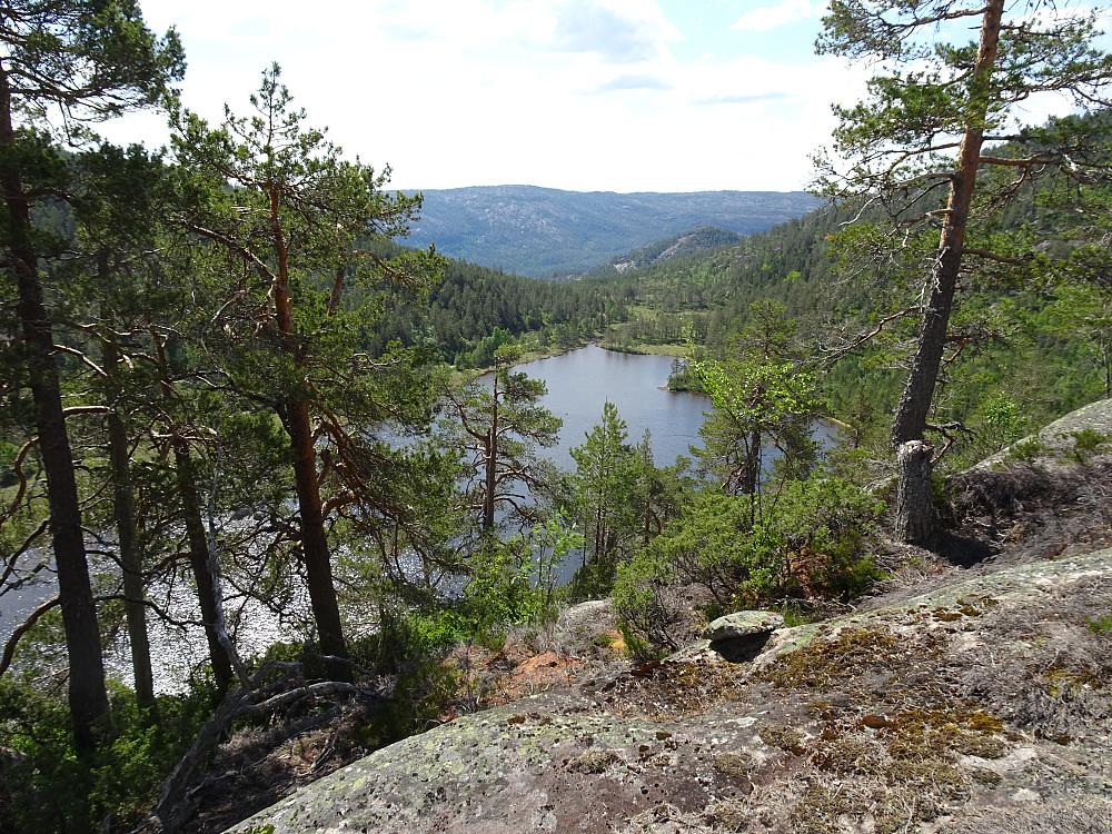 Utsikt over Trolltjønn på vei oppover stien