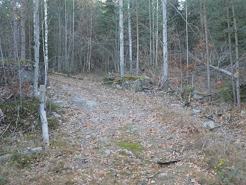 Her går stien inn til høyre.