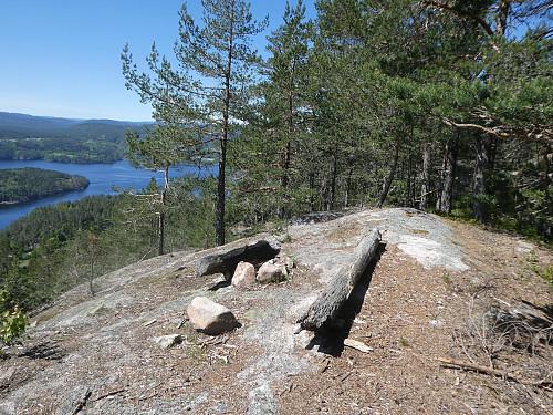 Her ved denne bålplassen slutter stien. Det var tydelig sti fra rasteplass, hytte og opp hit. Deretter fulgte jeg skrenten ca 450 meter bort til toppunktet.