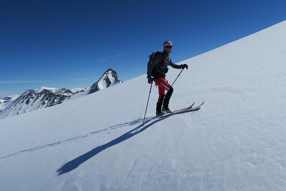 Ola mot dagens første topp, Hoemstind bak