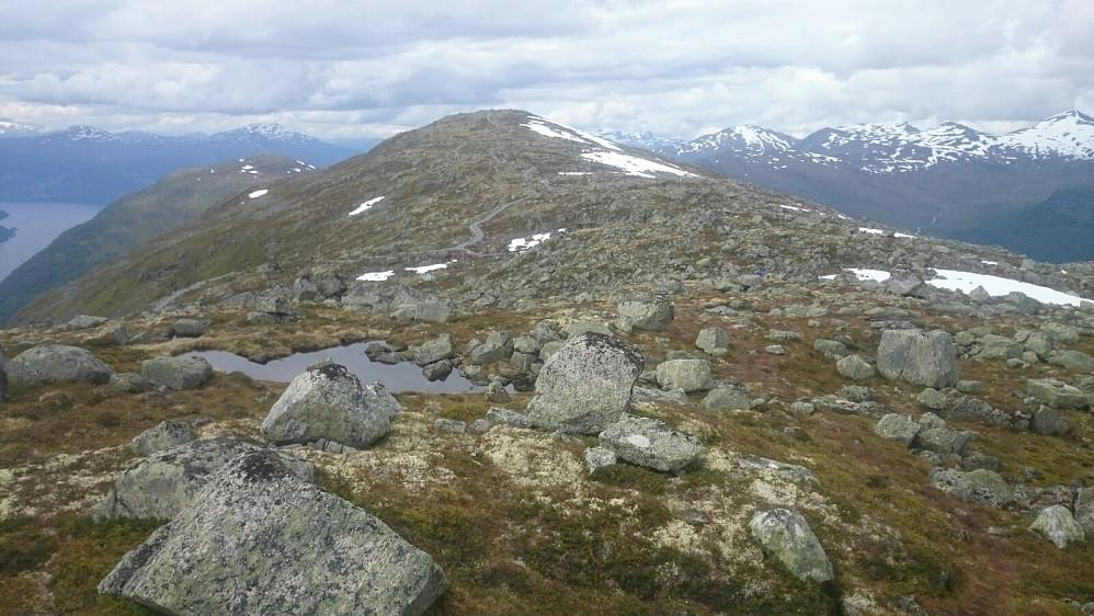 Mot Skredfjellet hvor det er laget grusvei over toppen