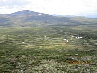 Det ligger en stor morenerygg tvers over dalen mellom Grønhøi og Storsmørbollen