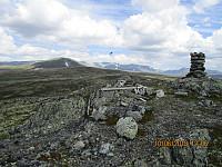 Toppvarden på Storsmørbollen og med Strålsjøhøi i bakgrunnen