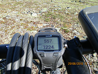 Da hadde jeg syklet 557 høydemetere, og tok beina fatt mot dagens første topper