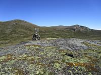 Det var en liten topp med markering i dalen, og jeg gikk en tur oppom og tok et bilde mot Einøvlingshøe langt der bak