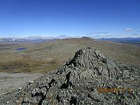 Litt luftig på denne toppen. I bakgrunnen er turens første topp, Einøvlingshøe