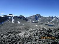 Utsikt bort på Skredahøin, Stor stygge Svånåtind og Langvasstinden