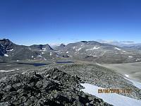Utsikt bort på Langvasstinden, Larstinden og Snøhetta