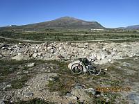 Tilbakeblikk mot Kolla i det jeg parkerer sykkelen for å gå opp på Haukberget