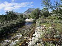 Mye vann i elva til tross for tørken. Vannet kommer nok fra snøen som fortsatt smelter i skyggesidene av fjellene
