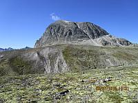 Jeg tenkte på å klyve renna opp for å korte ned turen, men slo det fra meg da jeg så hvor bratt fjellsiden var