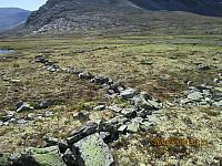 Det var også tydelige rester av gjerdet som tvang reinen mot fangstgropa