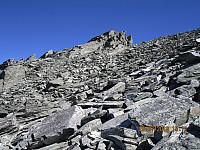 Artig formasjon rett nord for toppen. Jeg var borte og kikka på tur ned, men feiga ut på å klatre til topps på denne