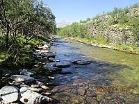 Opp elva etter at jeg har vasset over. Kjølig og friskt her nede ved vannet