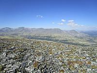 Bilde er tatt ned mot start og hvor man ser den grønne skogen i elvedalen