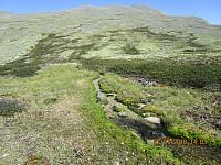 Tilbakeblikk opp mot Storelgvasshøe i det jeg krysser en av mange småbekker på tur bort mot neste topp